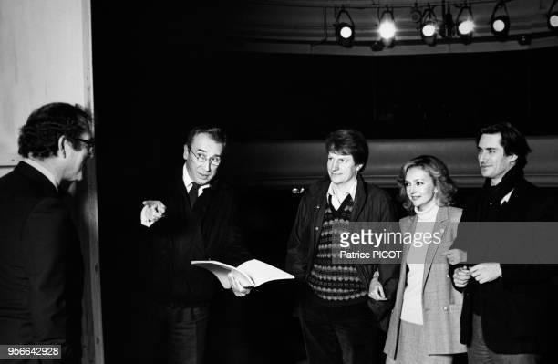 Portrait du metteur en scène Raymond Gérome et des comédiens André Dussollier Caroline Cellier et Sami Frey répétant la pièce de théâtre d'Harold...