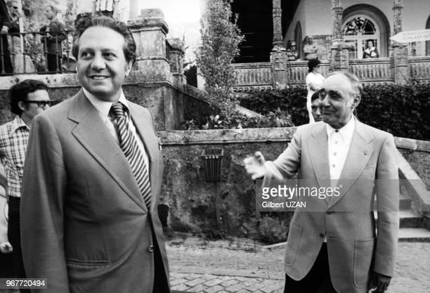 Portrait du ministre des Affaires Etrangères portugais Mario Soares et du Général Spinola en vacances au Palace Hotel le 27 août 1974 à Bucaco...