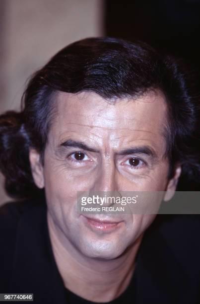 Portrait du philosophe BernardHenri Levy le 30 octobre 1997 Paris France