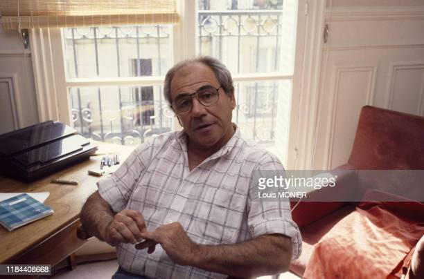 Portrait du philosophe et sociologue Jean Baudrillard en juin 1987 chez lui à Paris, France.