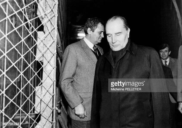 Portrait du président de la République française François Mitterrand au théâtre Mogador pour une représentation de la pièce 'Un Grand Avocat' mise en...
