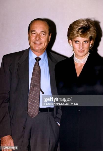 Portrait du président français Jacques Chirac et de la Princesse Diana reçue à l'Elysée pour le thé avant de visiter l'exposition Cézanne au Grand...
