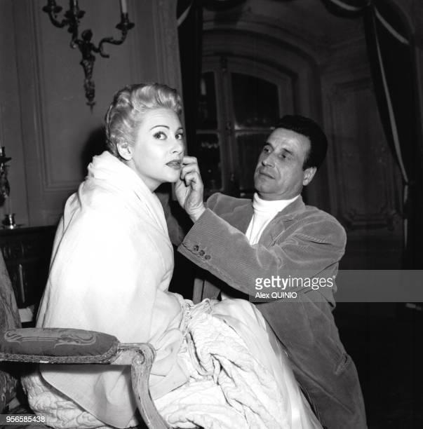 Portrait du réalisateur ChristianJaque et de sa femme Martine Carol sur un plateau de tournage circa 1950