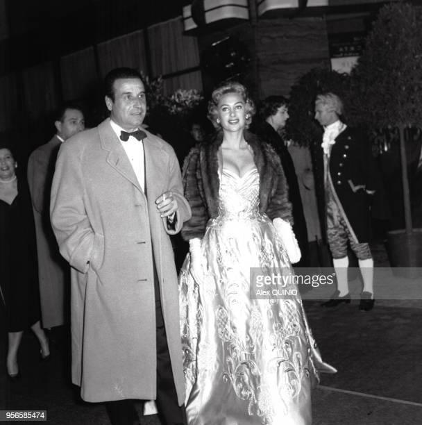 Portrait du réalisateur ChristianJaque et de sa femme Martine Carol arrivant à une réception circa 1950 en France