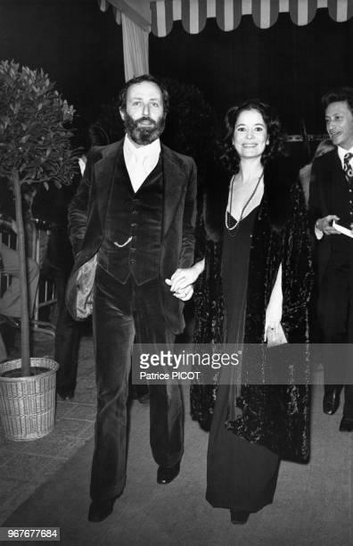 Portrait du réalisateur français Michel Drach et de l'actrice MarieJosé Nat son épouse lors de la première française du documentaire 'Il était une...