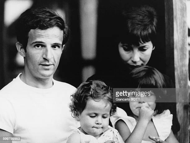 Portrait du réalisateur François Truffaut avec sa femme et ses enfants