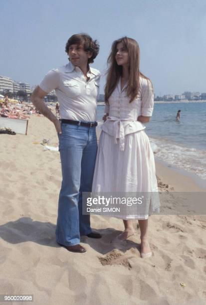 Portrait du réalisateur Roman Polanski et de l'actrice allemande Nastassja Kinski sur la plage circa 1970