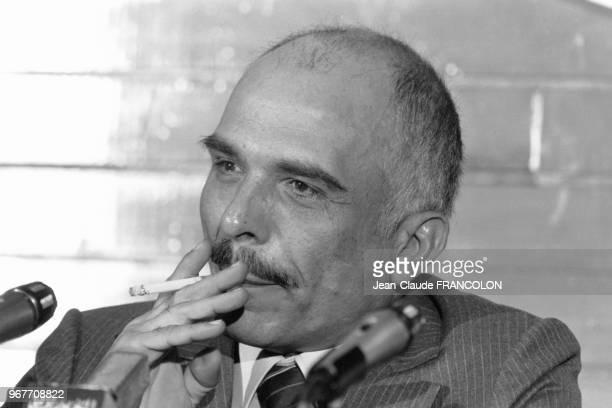 Portrait du Roi Hussein de Jordanie fumant une cigarette lors d'une conférence de presse à la fin d'un sommet arabe le 27 novembre 1980 à Amman,...