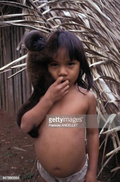 Portrait d'un enfant Huaorani en Equateur en 1991
