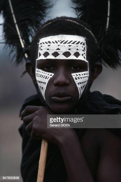 Portrait d'un jeune Massaï avec le visage peint en Tanzanie