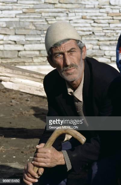 Portrait d'un paysan kosovar portant le chapeau de feutre traditionnel albanais janvier 1990 Kosovo Yougoslavie