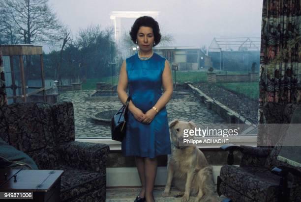 Portrait d'un sosie de la Reine d'Angleterre Elisabeth II et son chien circa 1977 RoyaumeUni