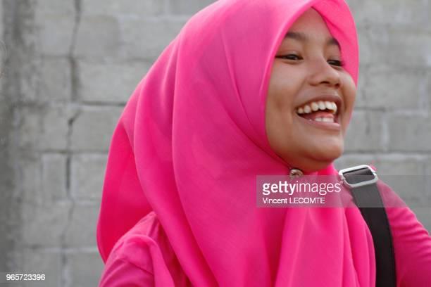 Portrait dune adolescente indonésienne voilée riant à Painan au sud de lîle de Sumatra en Indonésie en septembre 2012