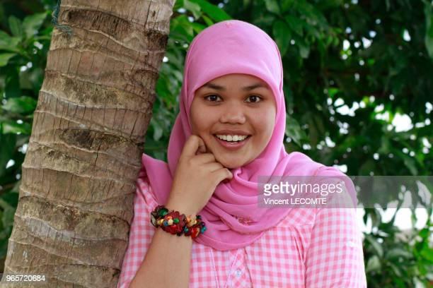 Portrait dune adolescente indonésienne voilée souriant sur l'île de Samosir à Sumatra en Indonésie le 16 septembre 2012
