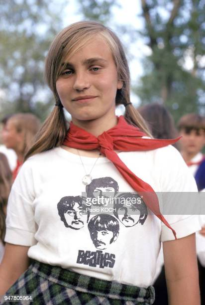 Portrait d'une adolescente portant un tshirt des Beatles en Hongrie