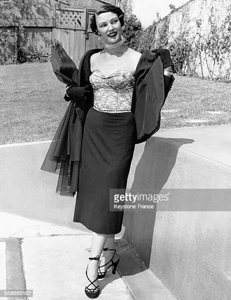 Portrait d'une jeune américaine portant un bustier rose clair en satin 'GlamorTop' à Los Angeles en Californie aux EtatsUnis
