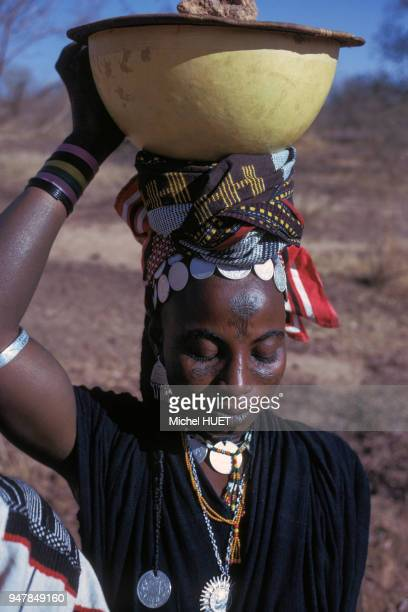 Portrait d'une jeune femme Peul au Mali en février 1975