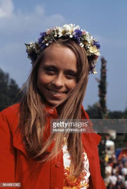 Portrait d'une jeune femme portantune couronne de fleurs lors de la fête de la SaintJean sur l'île d'Oland en juillet 1974 Suède