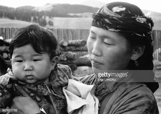 Portrait d'une mère et de son enfant en Mongolie