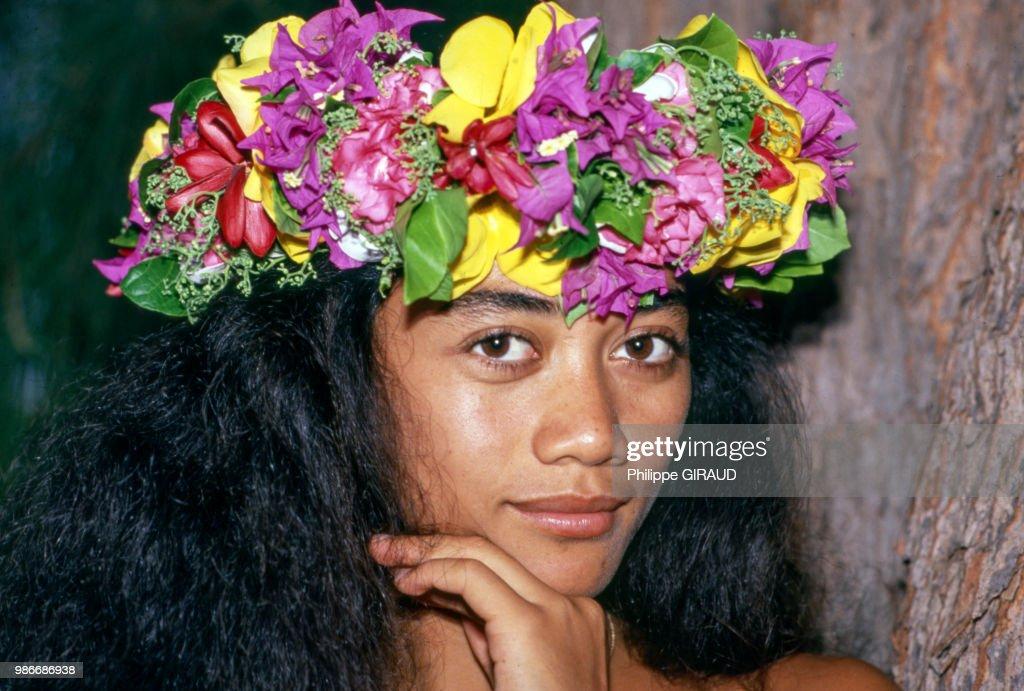 Portrait D Une Tahitienne Portant Une Couronne De Fleurs A Papeete