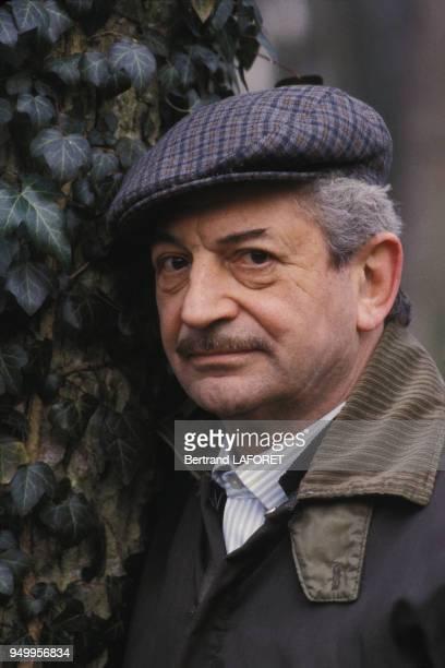 Portrait d'Yves Robert acteur et réalisateur chez lui le 2 mars 1982 en France