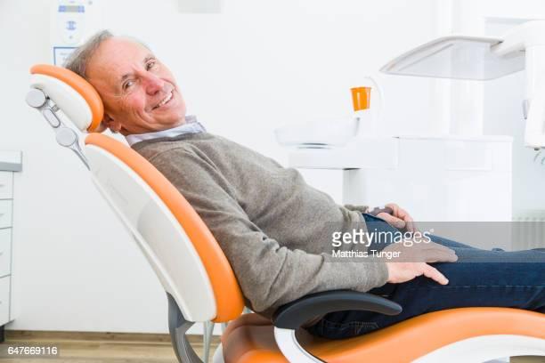 Portrait eines älteren Mannes beim Zahnarzt