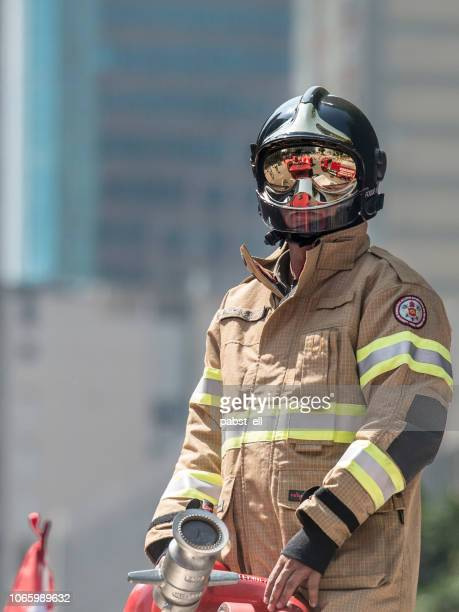 retrato bombeiro bombeiro coverall retardante de fogo - bombeiro - fotografias e filmes do acervo