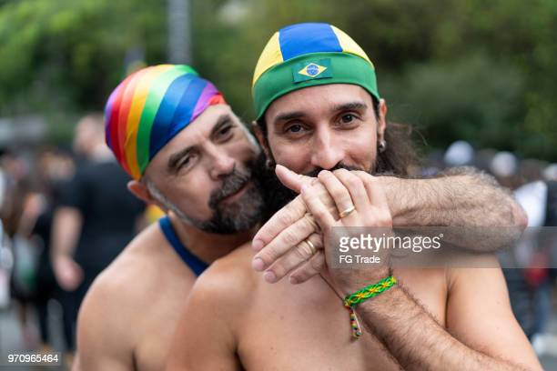 couple gay de portrait célébrant à la gay parade - gay seniors photos et images de collection
