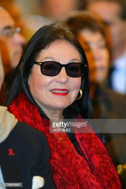 Portrait la chanteuse grecque Nana Mouskouri pris le 28 janvier 2004 à Paris lors de la visite du président chinois Hu Jintao à l'hôtel de ville de...