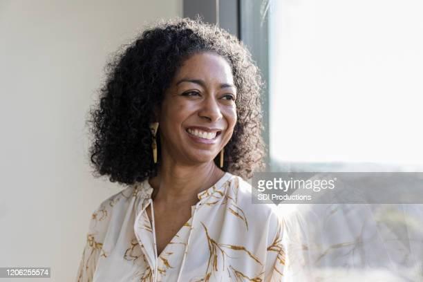 retrato mulher de negócios adulta madura com belo sorriso - assistente social - fotografias e filmes do acervo