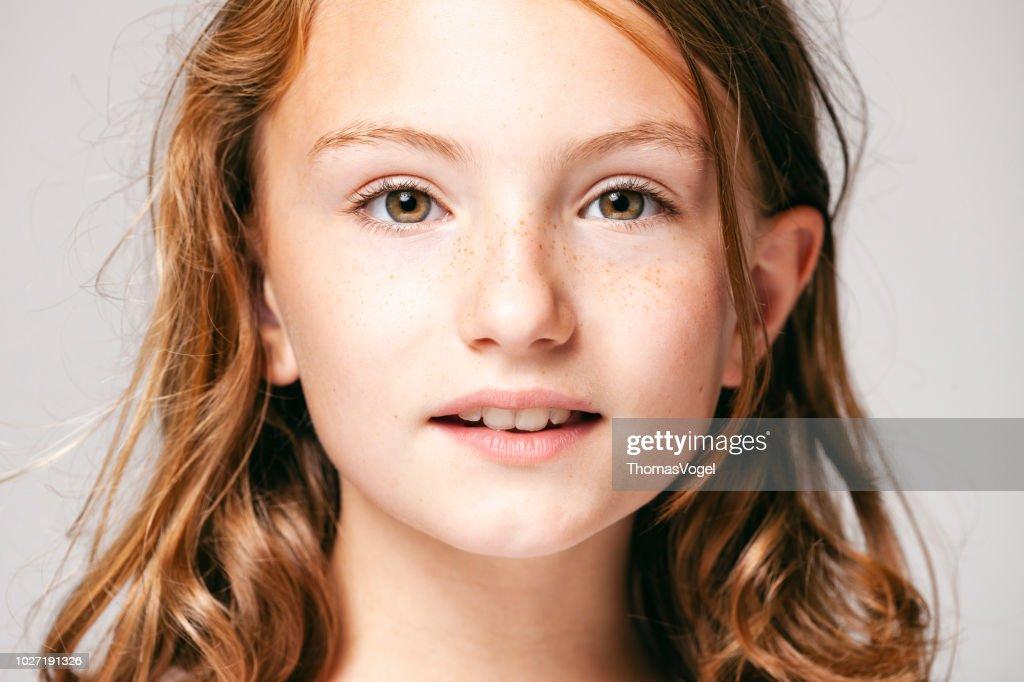 Porträt von einem hübschen Mädchen 10 Jahre alt - Kind Teenager Gesicht Haare Schönheit Spaß Augen Sommersprossen : Stock-Foto