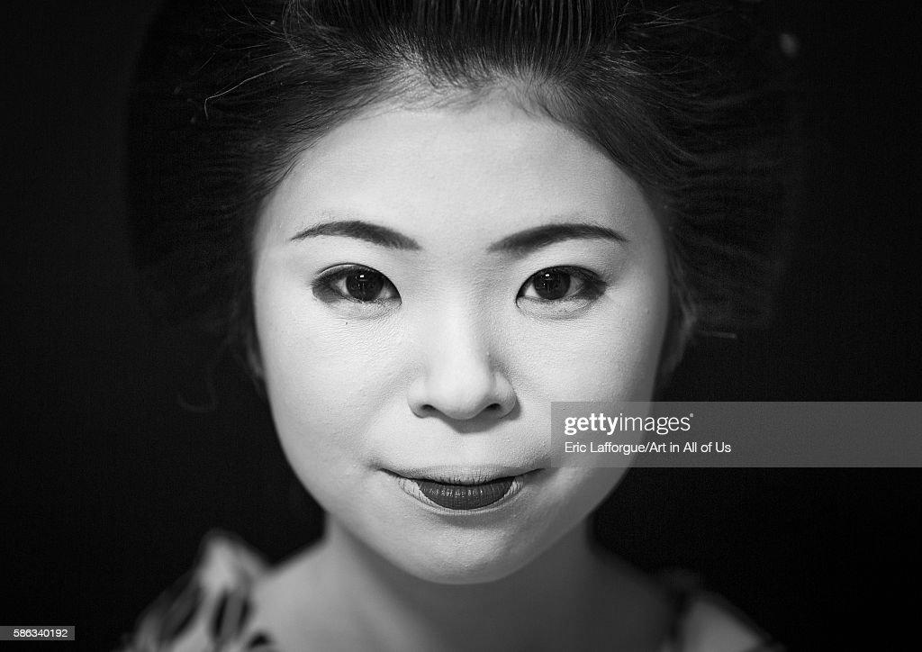 Portrait of a 16 years old maiko called chikasaya, Kansai region, Kyoto, Japan : News Photo