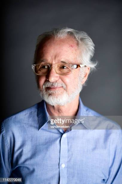 portret van een 70-jarige man - 70 79 jaar stockfoto's en -beelden