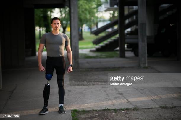 Porträt von ein sportlicher Mann mit Beinprothese