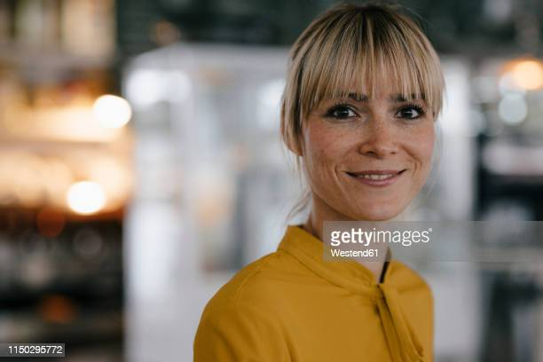 portrait of a beautiful blond woman, smiling - variable schärfentiefe stock-fotos und bilder