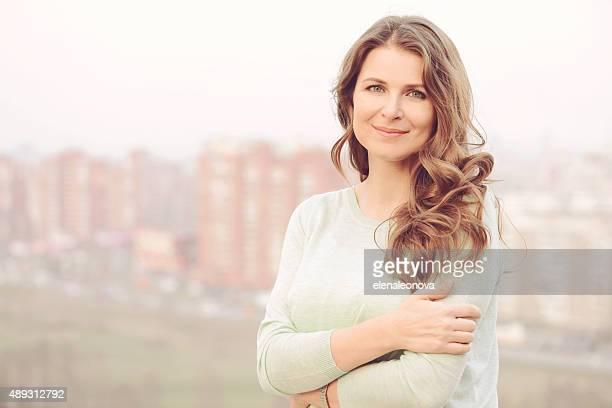 Retrato de una bella mujer rubia