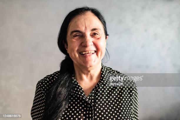portret van een mooie bejaarde glimlachend - alleen één seniore vrouw stockfoto's en -beelden