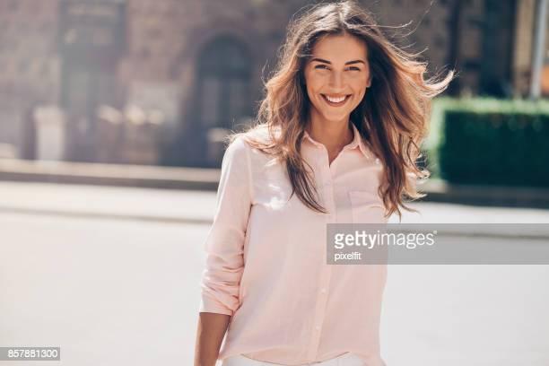 Porträt von einem schönen Mädchen auf der Straße