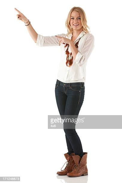 retrato de uma bela mulher feliz apontando - cabelo de comprimento médio - fotografias e filmes do acervo