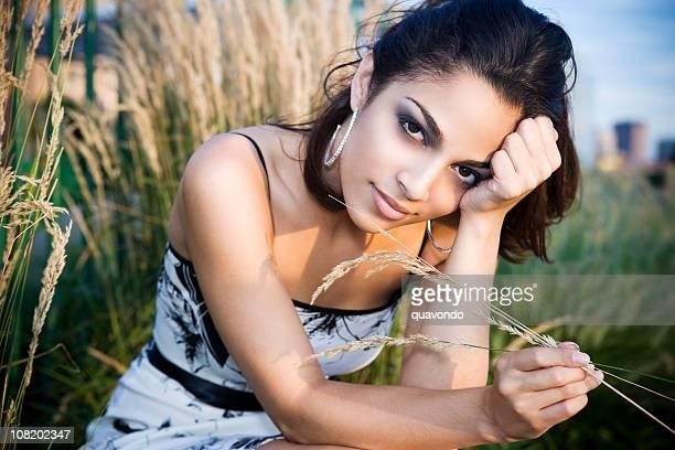 ヒスパニック系の美しい若い女性モデルのフィールドでの夕暮れ - 輪っかのイヤリング ストックフォトと画像
