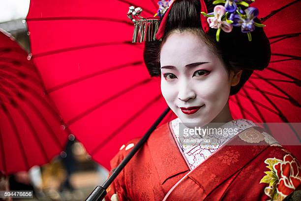 portrait of a beautiful maiko - geisha photos et images de collection
