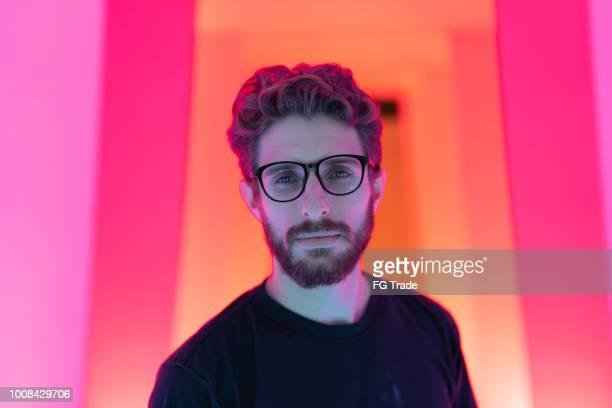 retrato de um homem bonito no túnel colorido - cor vibrante - fotografias e filmes do acervo