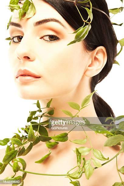 retrato de una bella mujer desnuda envolvió con hojas de hiedra - mujer desnuda naturaleza fotografías e imágenes de stock