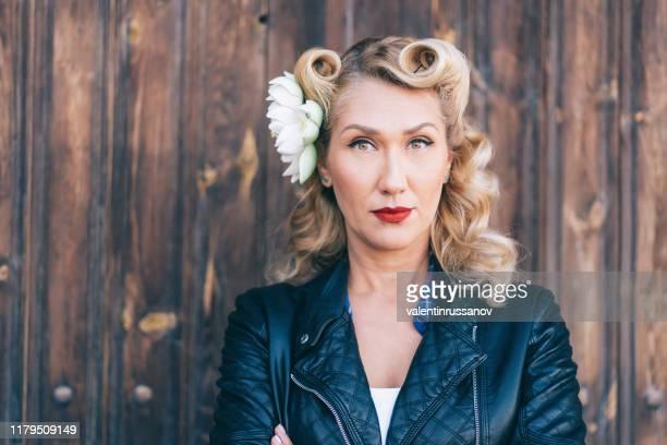 porträtt av en vacker rockabilly kvinna. pin up retro stil - pin up bildbanksfoton och bilder