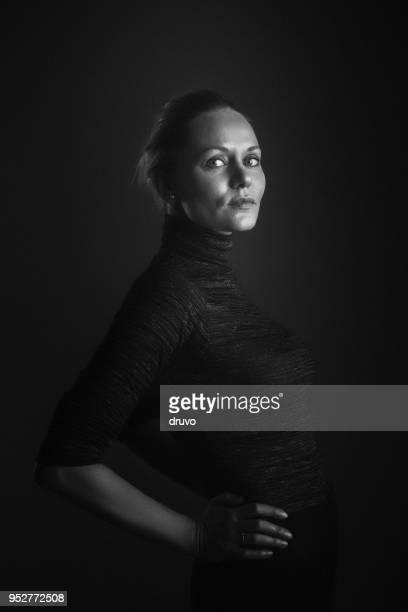 retrato de uma bela mulher séria - alto contraste - fotografias e filmes do acervo