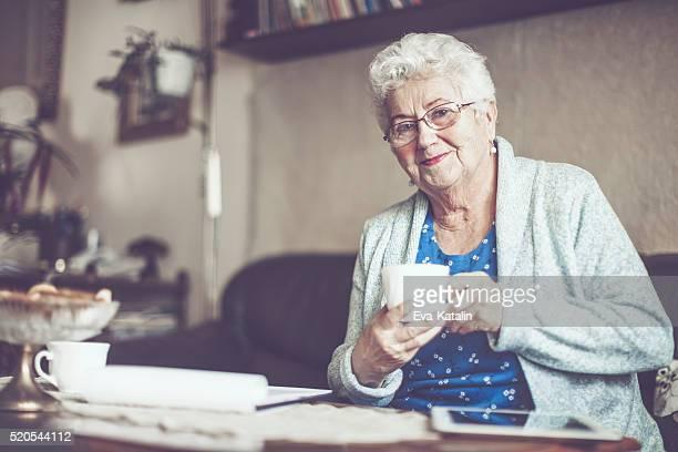 Retrato de uma linda mulher idosa sorridente