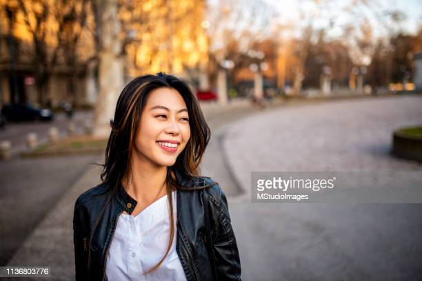portrait of a beautiful smiling woman. - 20 29 anos imagens e fotografias de stock