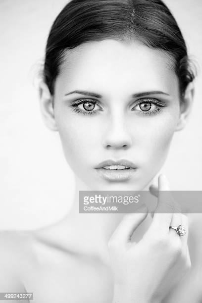 Portrait d'une belle femme dans la rue. B & W