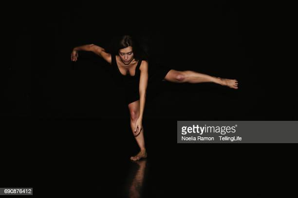 portrait of a beautiful woman dancing - danza moderna foto e immagini stock