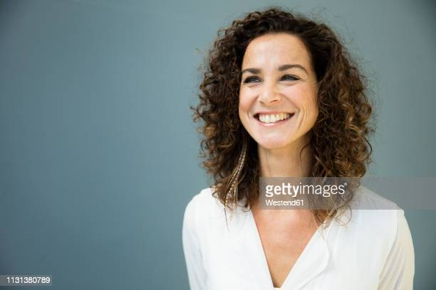 portrait of a beautiful woman, laughing - 40 44 jaar stockfoto's en -beelden